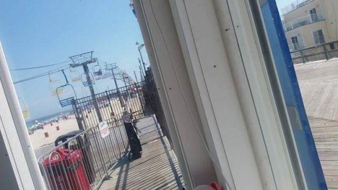 Pohľad na lanovku z búdky, kde sa na ňu predávajú lístky