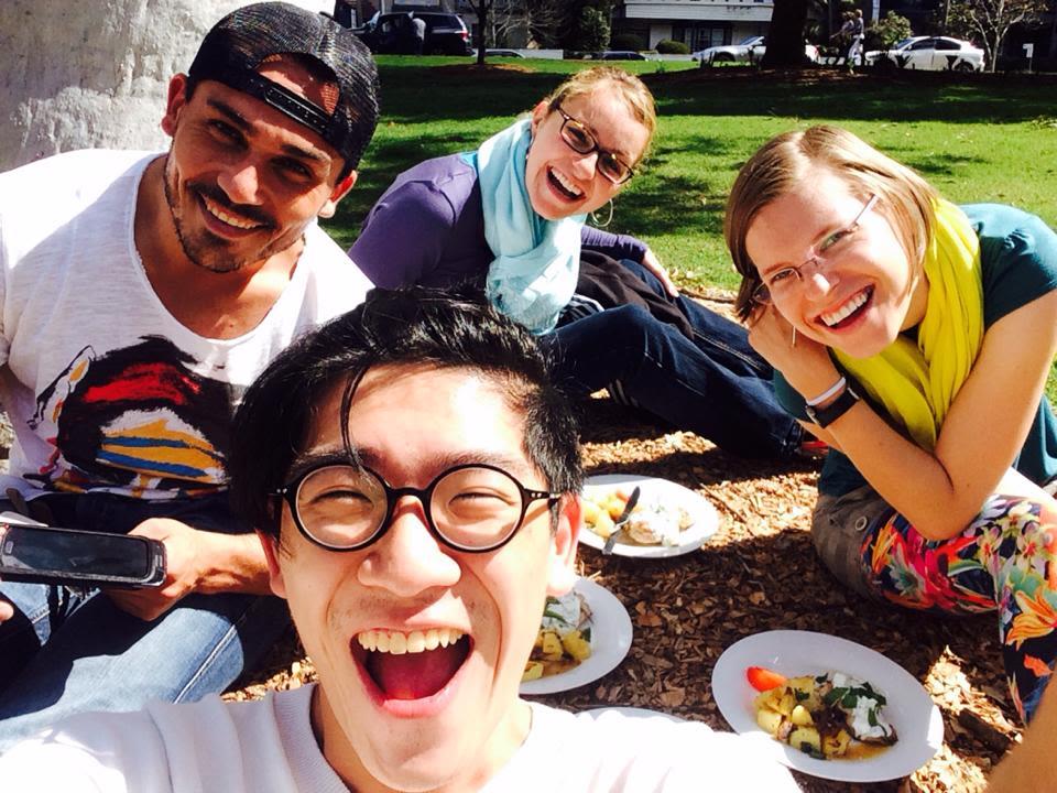Typický studentský oběd v parku