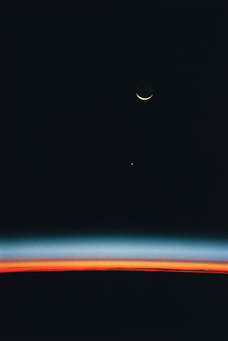 800px-hubble_space_telescope_with_an_airglow_over_earths_horizon_jupiter_and_