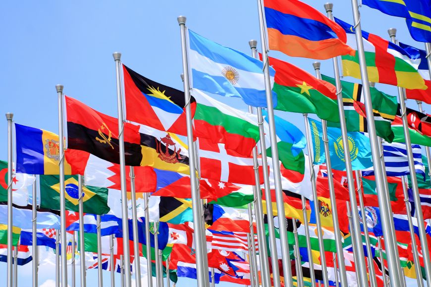 Pasaulio šalių vėliavos ant stiebų