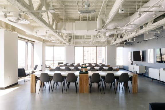 Workspace fully furnished and equipped located at 725 S. Figueroa St., #1010, Los Angeles.