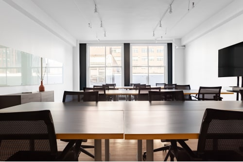 Office space located at 372 Rue Ste-Catherine O., 2nd Floor, Suite 212, #2