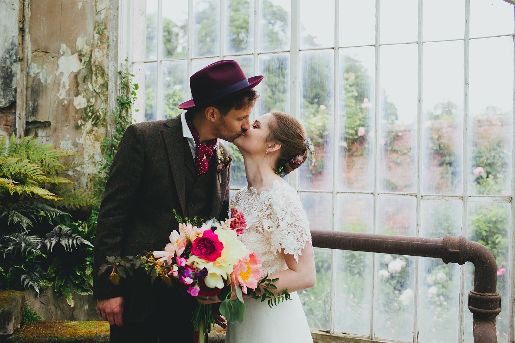 bridebook..co.uk- alternative couple kiss
