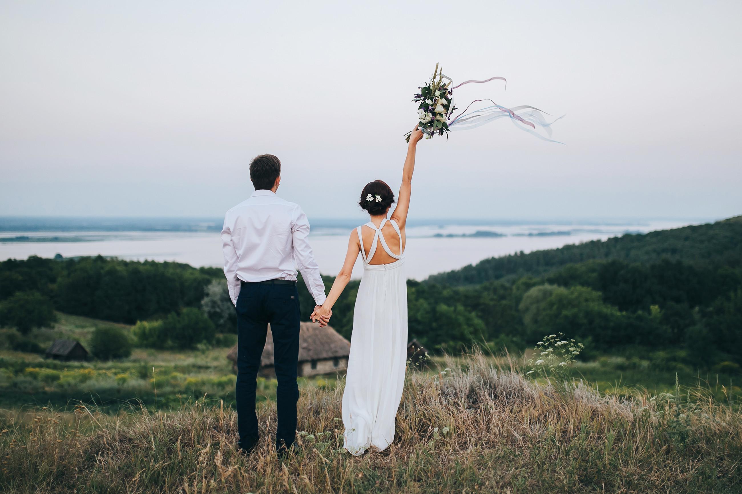 Bridebook.co.uk bride and groom in field