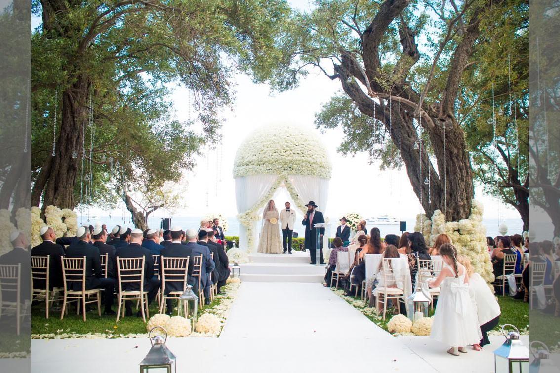 bridebook.co.uk-smashing-the-glass-beautiful white outdoor jewish weddings