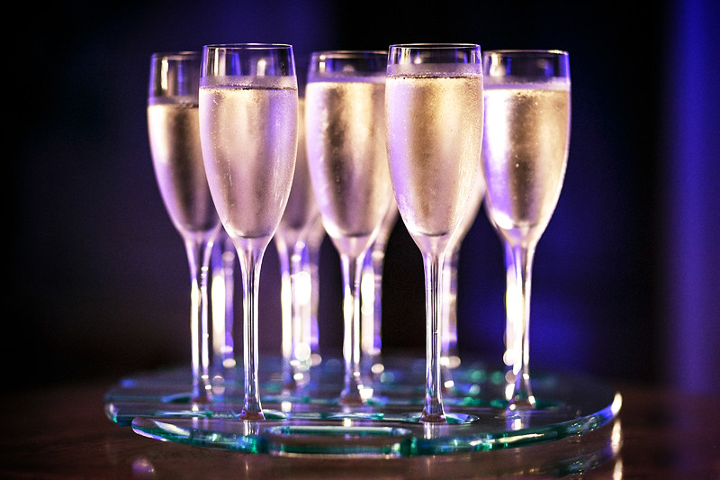 Bridebook.co.uk- champagne flutes on a tray