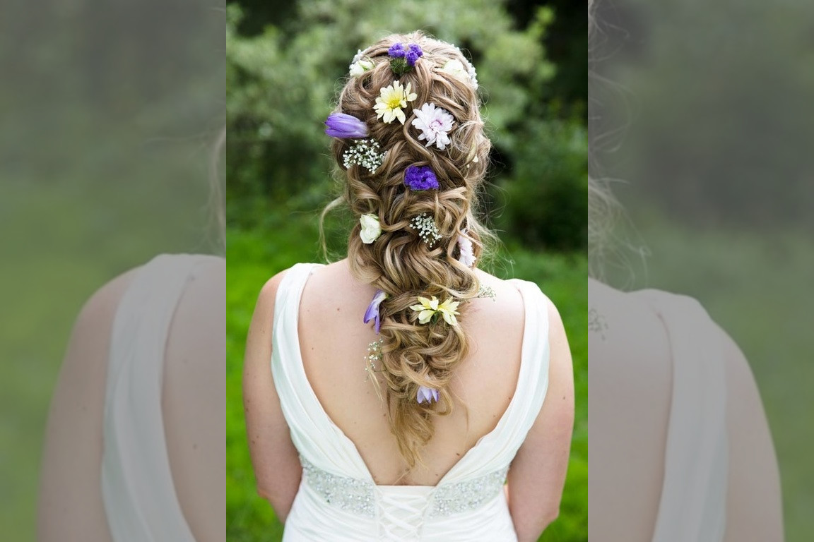 Bridebook.co.uk- brides hair decorated with real flowers