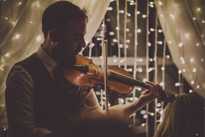 Bridebook.co.uk- violin player entertaining guests