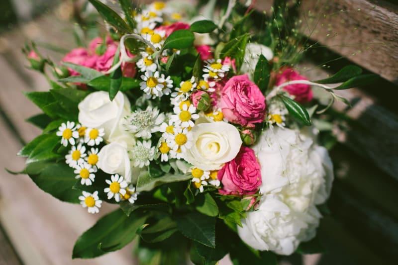 Bridebook.co.uk- bright wedding flowers with daisies