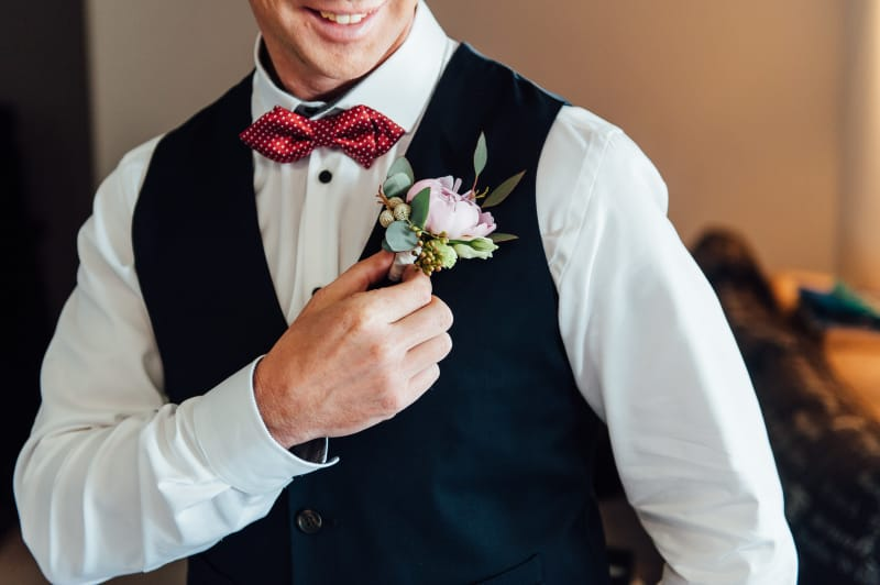 Bridebook.co.uk Groom fixing boutonniere