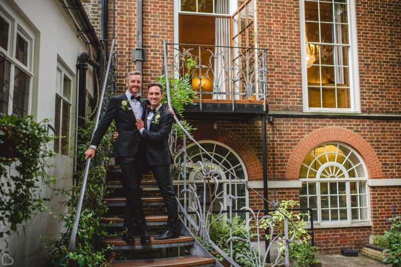 Newlyweds at the steps of stationers' hall and garden