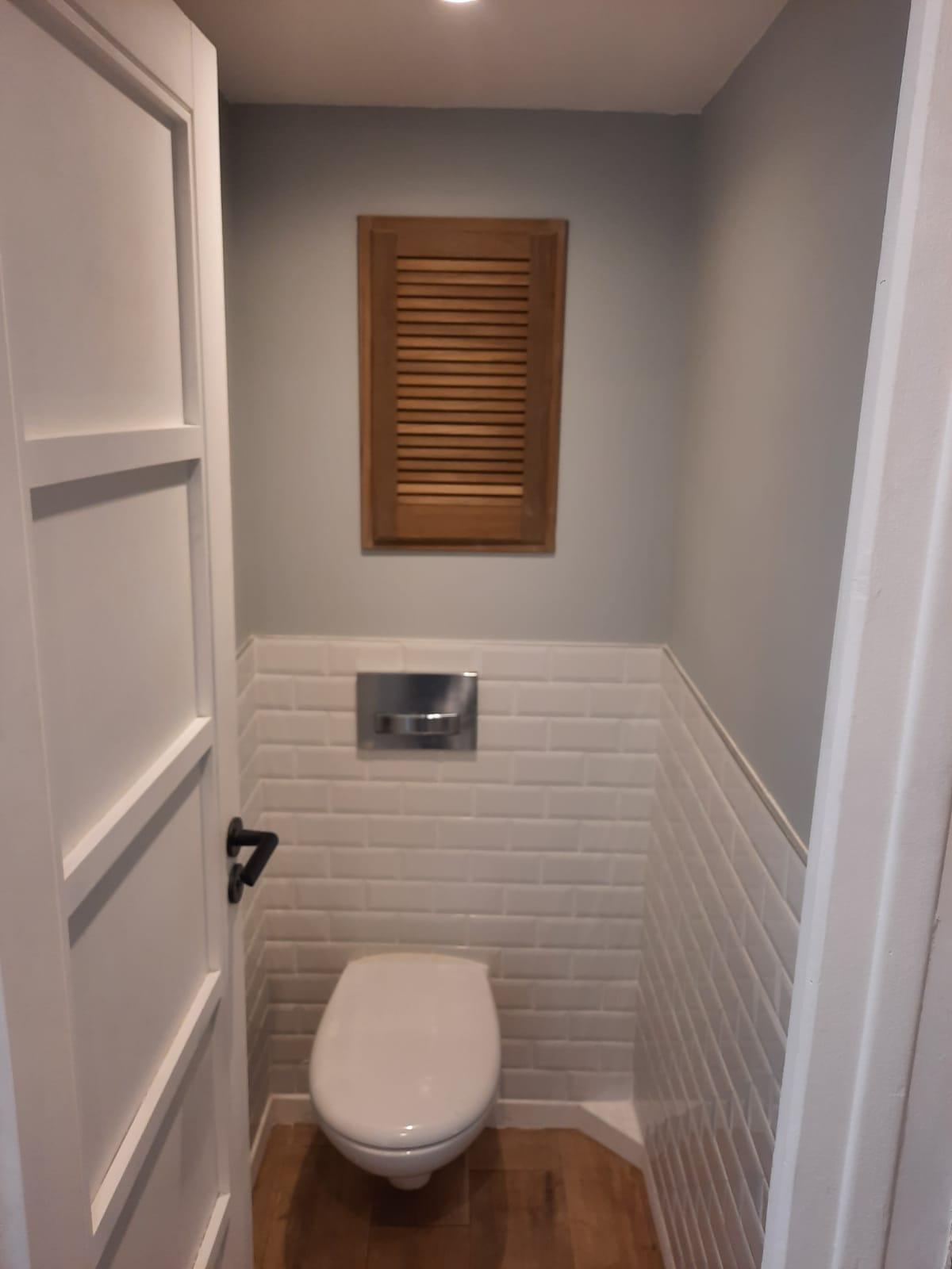 Rénovation WC - Carrelage - etagère encastré - peinture