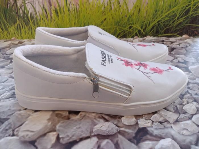 jual Sepatu Wanita Casual Slip On Bunga SDS250 Putih