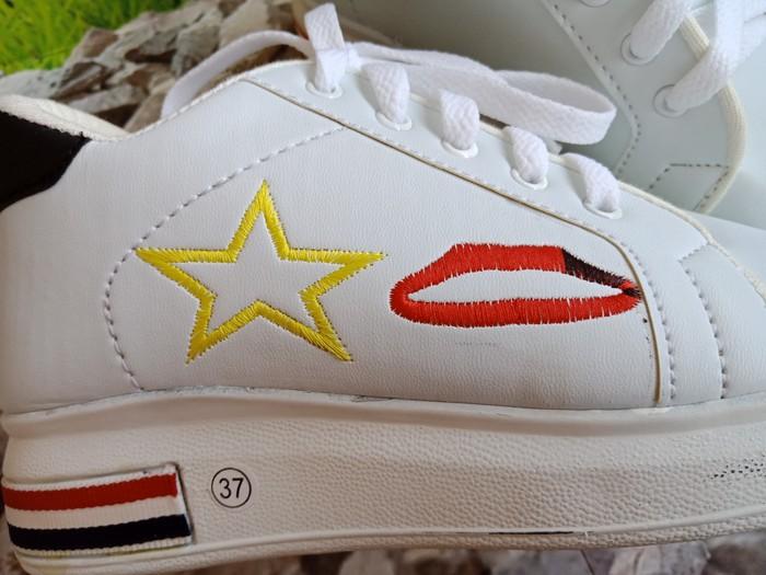 jual Sepatu Wanita Sneaker Lips Bintang SDS249 Putih List Hitam