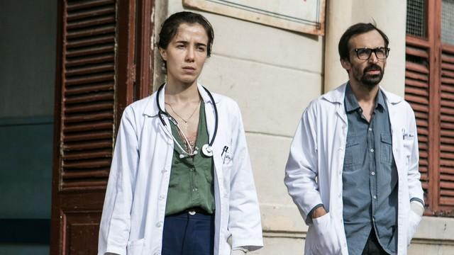 Marjorie e Julio sérios, na frente do hospital