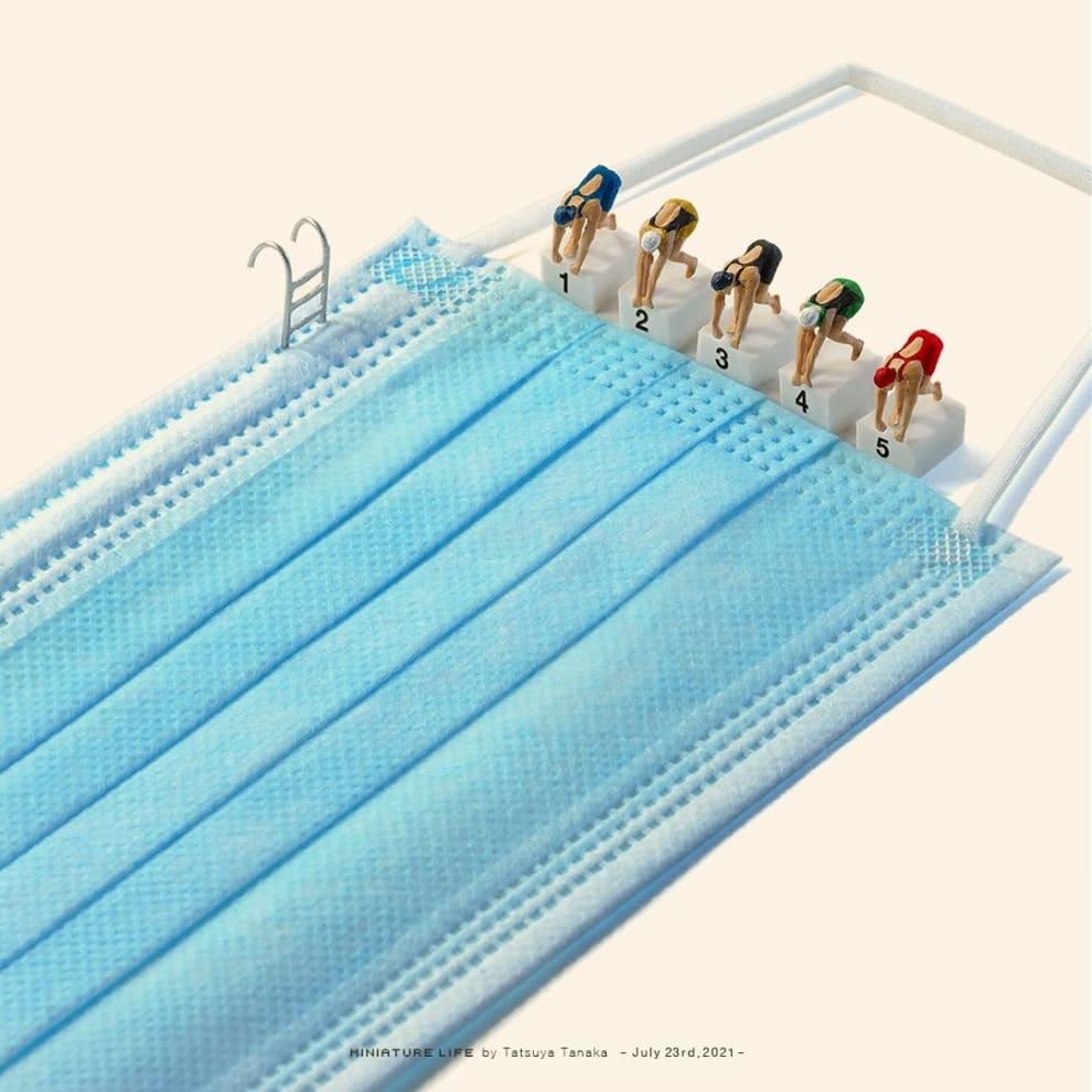 Máscara azul com bonequinhos que parecem prontos para mergulhar nela.