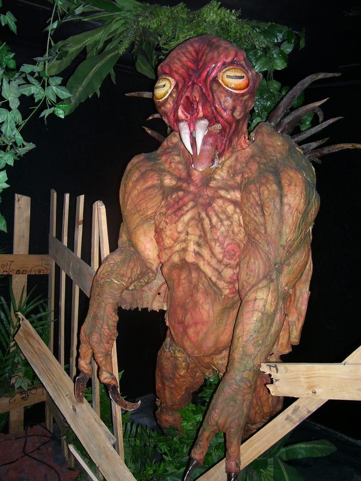 Uma estátua de plástico do Chupacabra