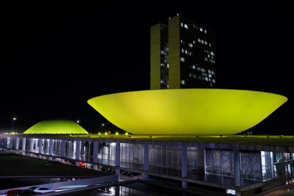 Congresso com luzes amarelas