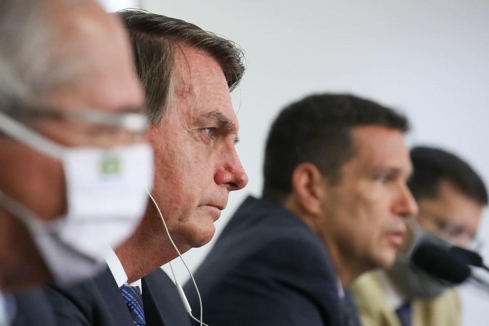 Bolsonaro com cara séria em meio a rostos desfocados