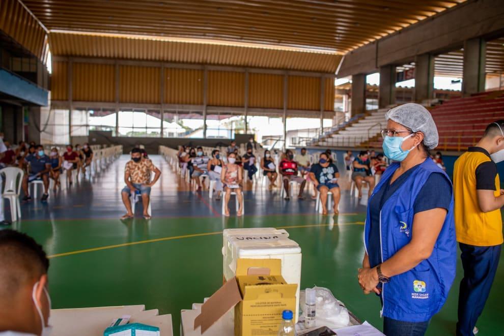 Pessoas esperando para serem vacinadas em Manaus