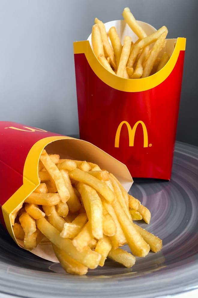 Duas batatas fritas do McDonalds.