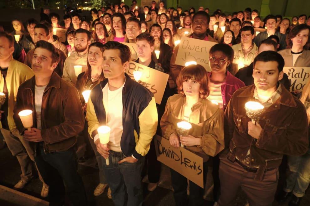 Cena de When We Rise com personagens segurando velas