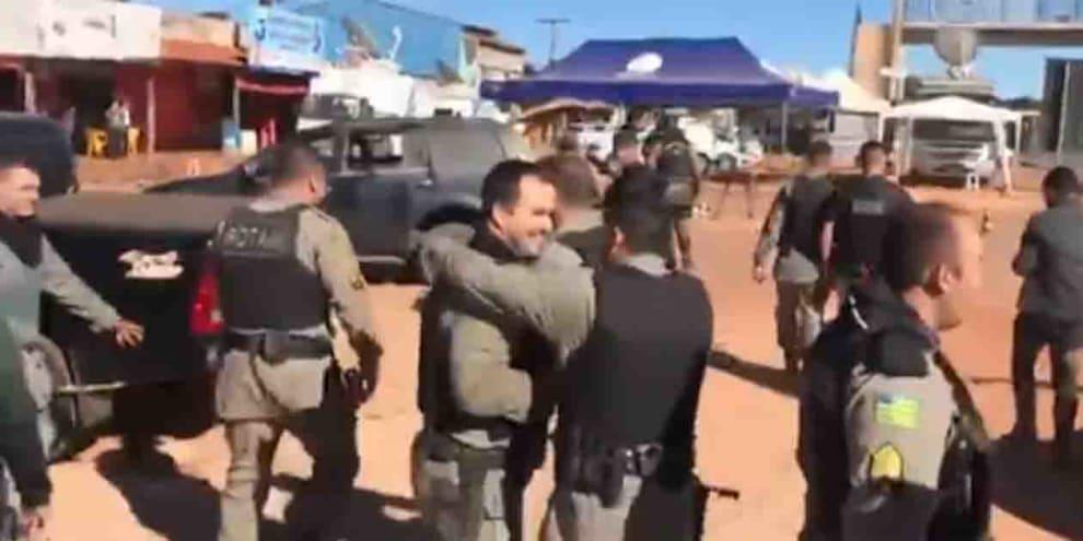 Policiais comemorando a morte de Lázaro