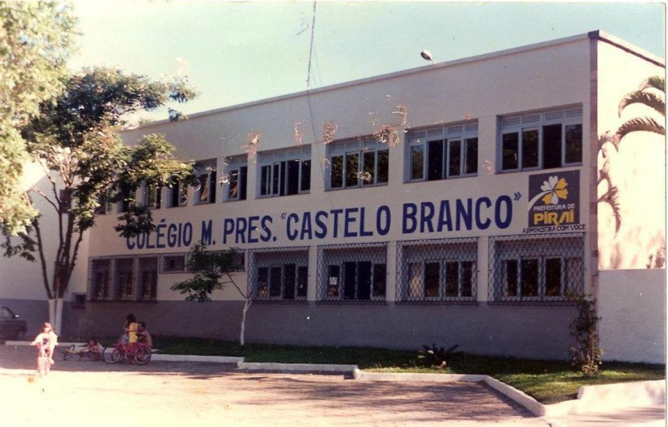 """Foto da faixada de um colégio chamado """"Pres. Castelo Branco""""."""
