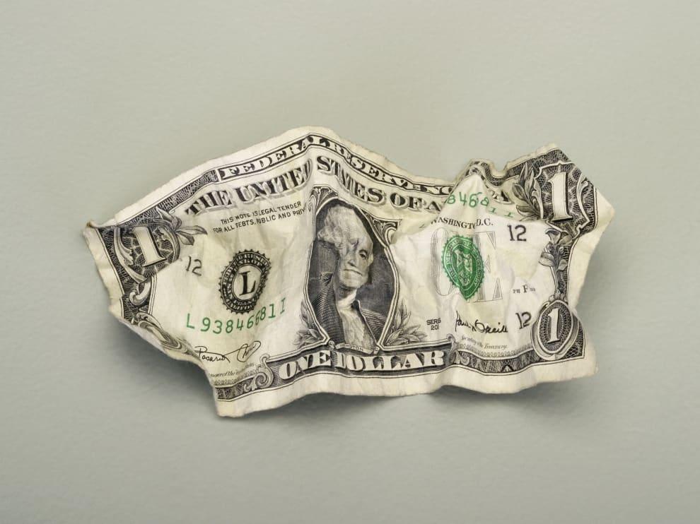 Nota de um dólar amassada.