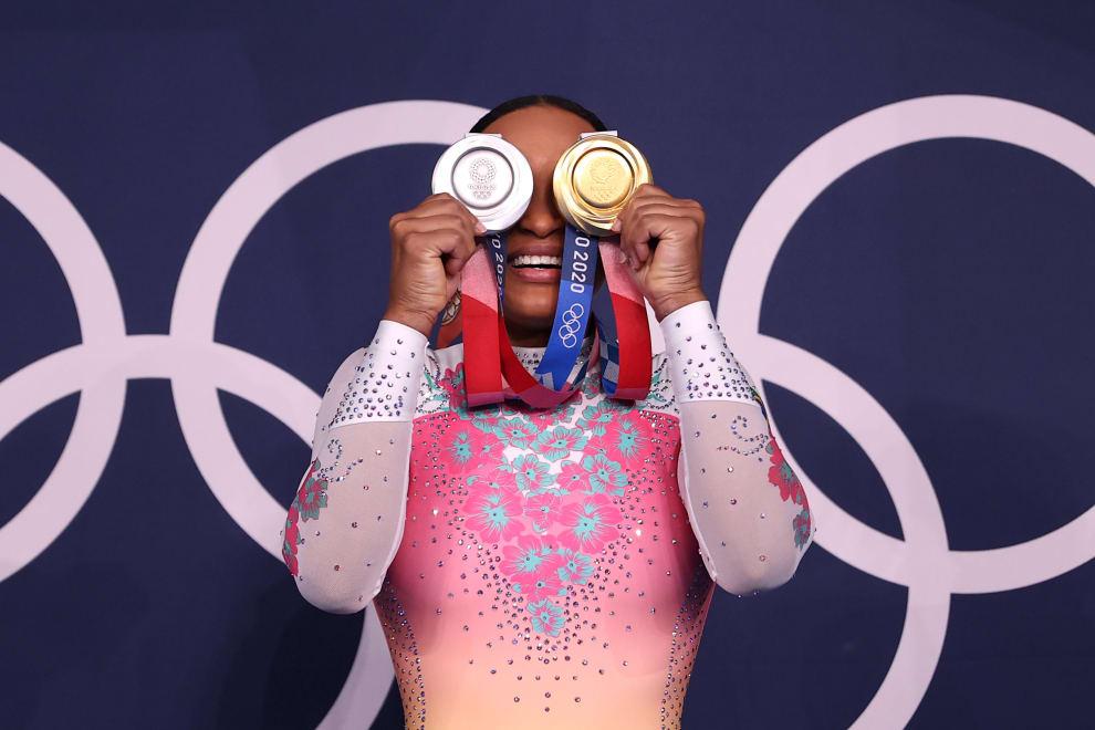 Rebeca com as medalhas no rosto, como se fossem olhos.