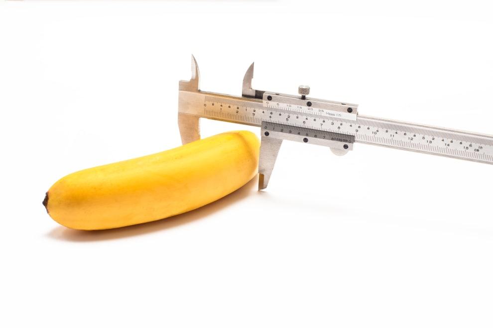 Um instrumento de ferro medindo uma banana.