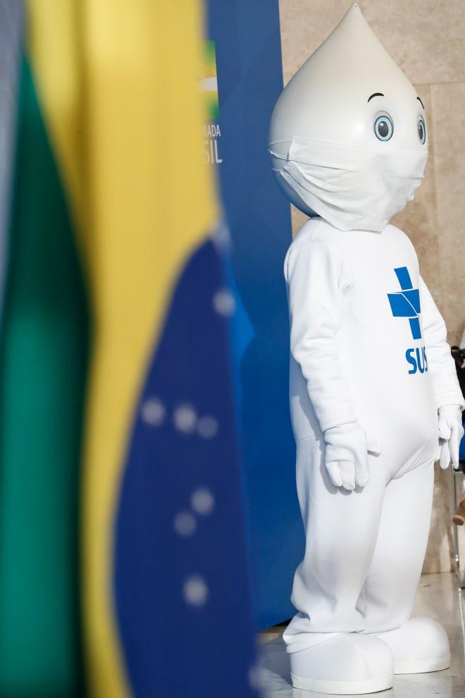 Zó gotinha ao lado de uma bandeira do Brasil