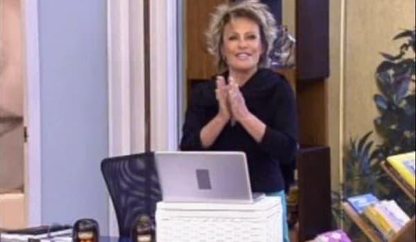 Ana Maria Braga aplaudindo em frente a um computador