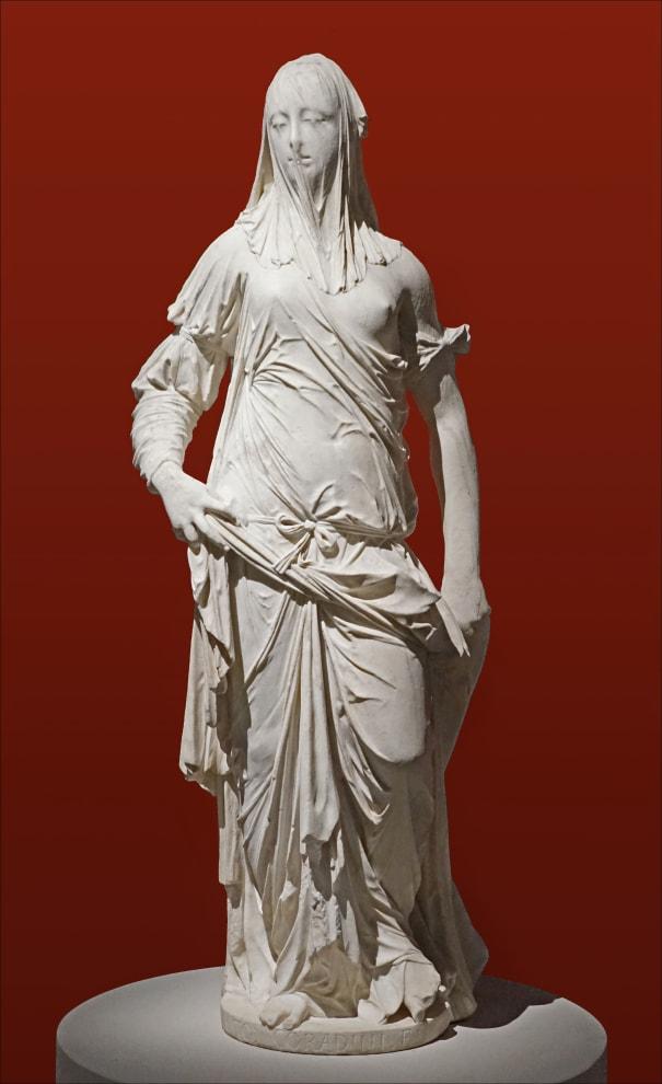 Escultura de Mulher, de corpo todo, coberta parecendo estar coberta por um fino véu da cabeça aos pés.