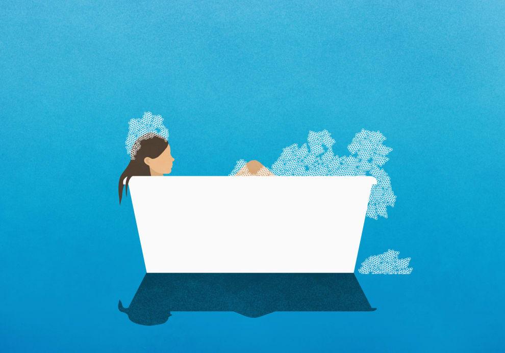 Mulher tomando um banho de banheira.