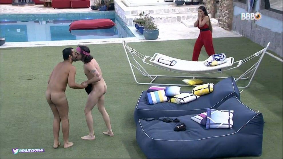 Gil e Fiuk dão um selinho enquando Juliette observa