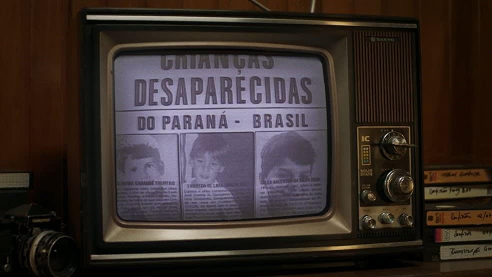 Televisão com retratos de desaparecidos, mostrados na série