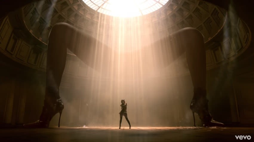 "Ariana Grande no videoclipe de ""God is a Woman"""