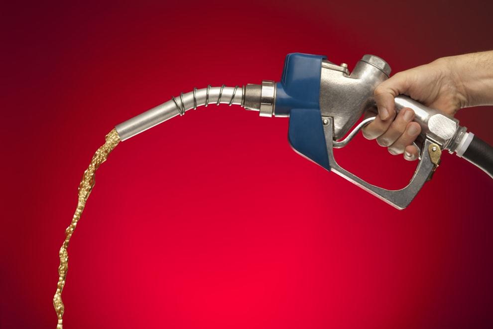 Gasolina sendo despejada.