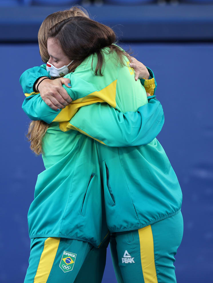 Luisa e Laura se abraçando.