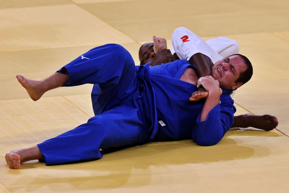 Judoca brasileiro Rafael Silva sendo enforcado por seu adversário