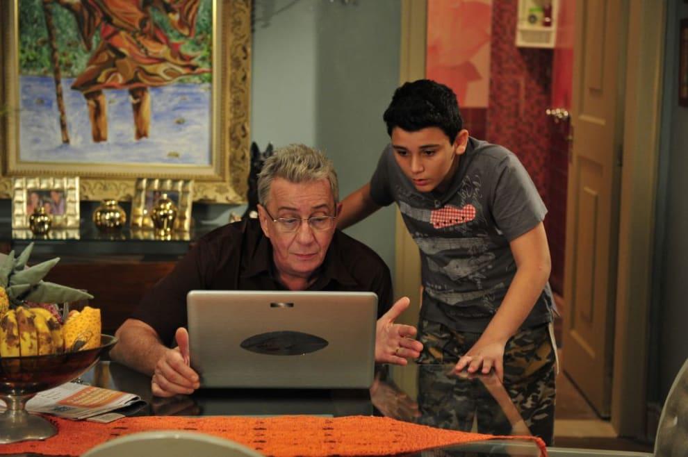 Lineu, da grande família, usando o computador com a ajuda de seu neto, florianinho