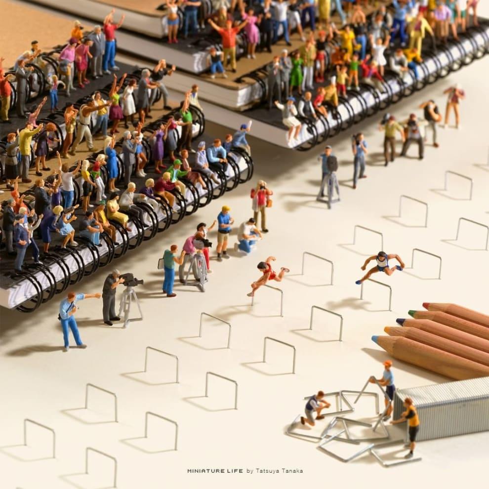 Miniaturas pulam grampos, como se fosse uma prova de salto com obstáculos.