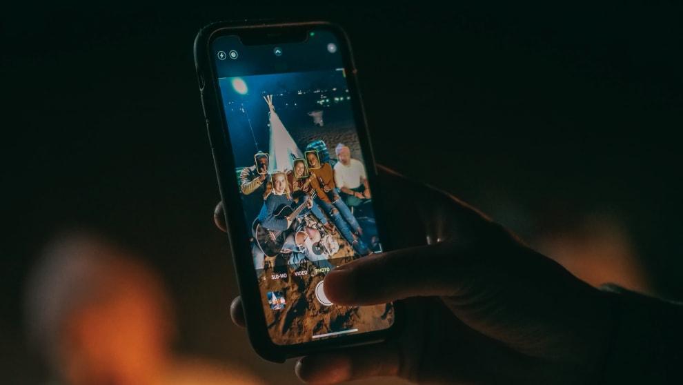 Um celular mostrando uma foto de um grupo de amigos.