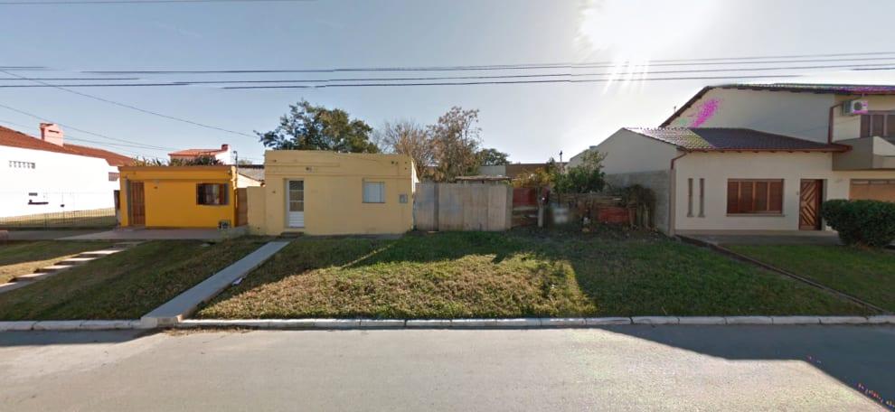 Rua com casinhas e grama