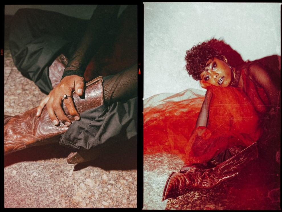 A colunista Stella Yeshua deitada enrolada em um tecido vermelho