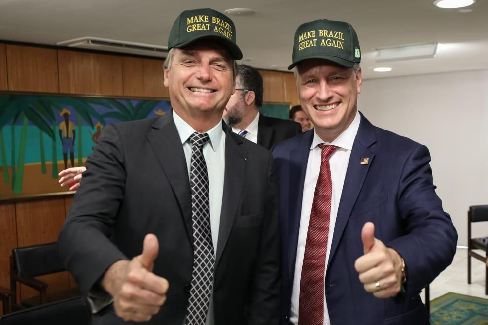 """Jair Bolsonaro, com o então Conselheiro de Segurança Nacional dos EUA, Robert O'Brien. Em seus bonés, é possível ler """"Make Brazil Great Again""""."""