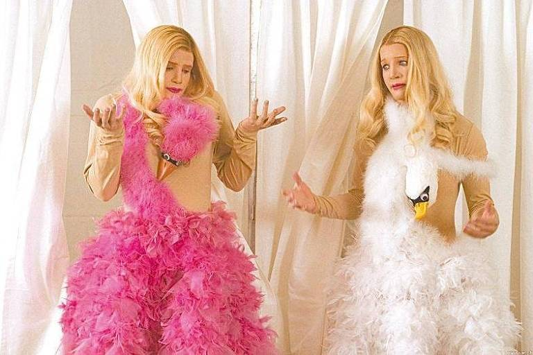 As duas irmãs do filme As Branquelas usando um vestido em formato de ganso