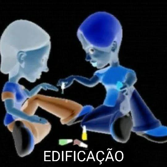 """Meme das duas moças pintando as unhas com a legenda """"edificação""""."""