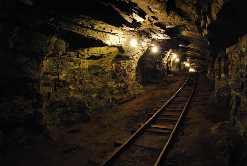 Foto de uma mina, com trilhos